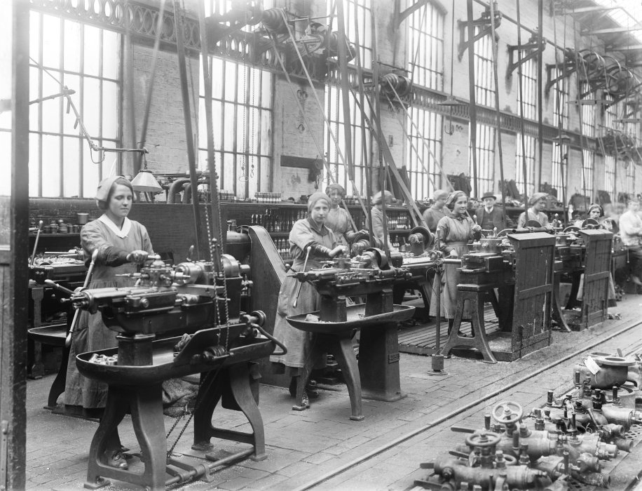 Women workers using turret lathes at the Lancashire & Yorkshire Railway's Horwich works, May 1917.