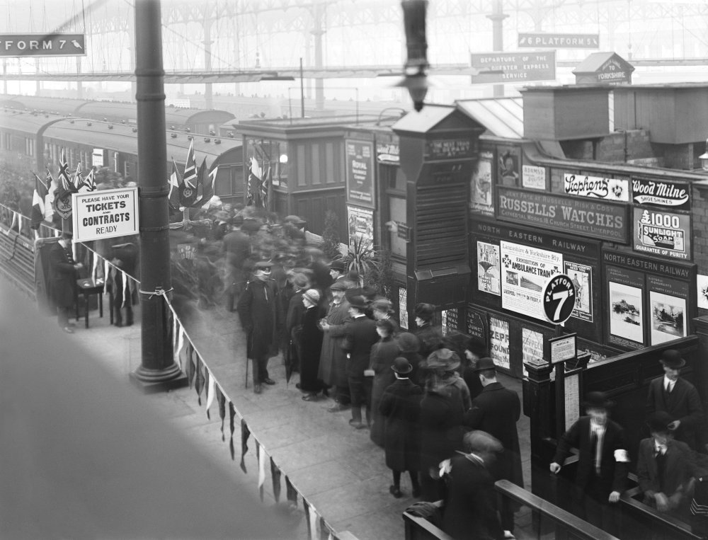 People queueing to see an ambulance train in Liverpool, 1916